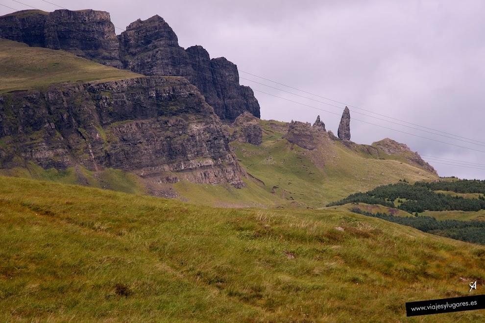 Old Man of Storr es un pináculo de roca 46 m.