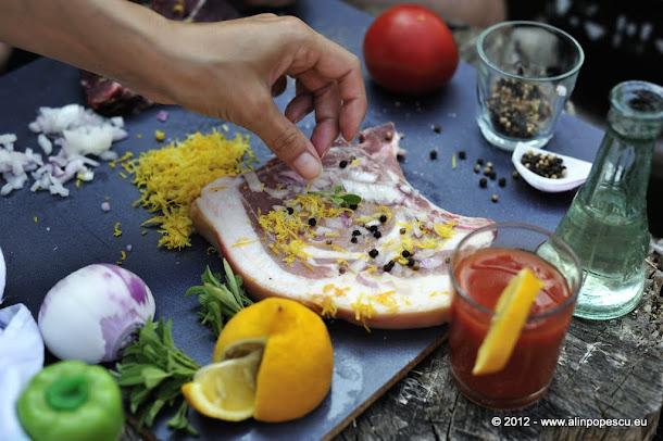 Cotlet de porc cu salvie, coriandru, ceapa, coaja de lamaie si piper