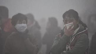 Kaum Sicht. Menschen mit Tüchern vor Mund und Nase.