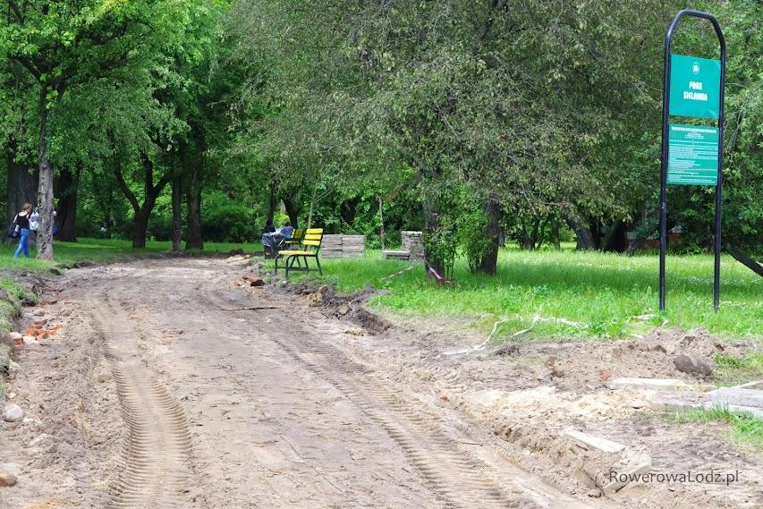Park Sielanka aktualnie rozkopany, ale z naprawionego chodnika cieszyć się będą piesi, a z drogi rowerowej cykliści.