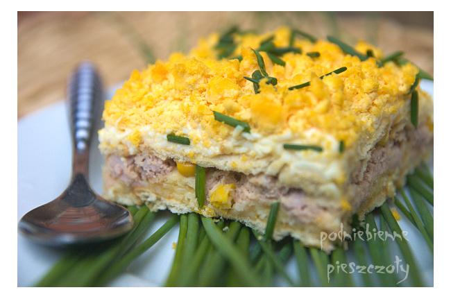 Sałatka z tuńczykiem na krakersach a'la ciasto