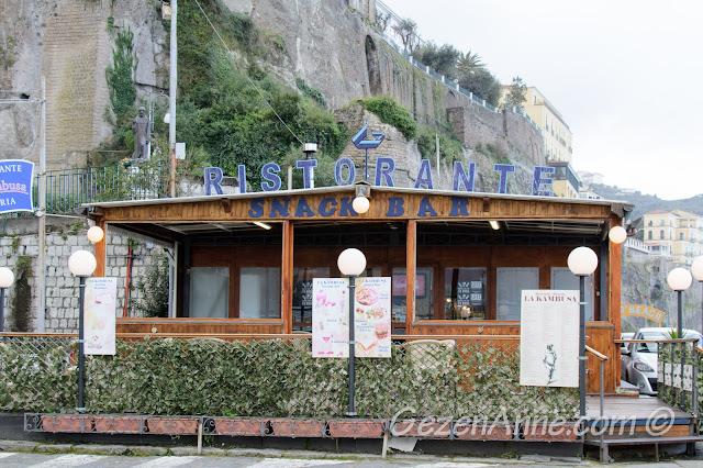 Sorrento sahilindeki La Kambusa restoranı