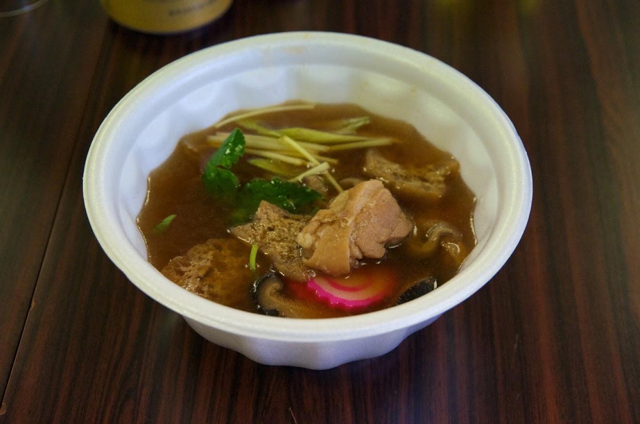 汁と具は藤崎千恵子さん、お母さん達が手分けして配膳します