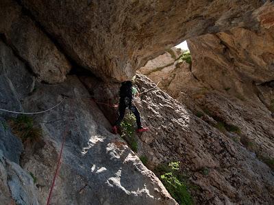 Escalant el primer pont de roca, a les Coves dels Talibans