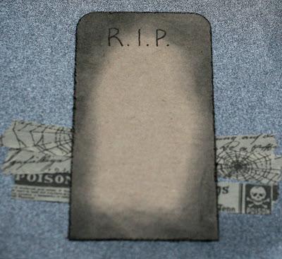 Halloween -kortin sisäpuolelle voi kirjoittaa tervehdyksen hautakiveen