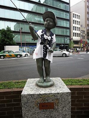 麹町4丁目の銅像「夏の思い出」くん