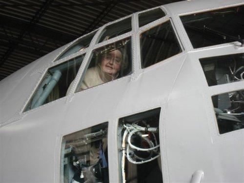 Kijk nu, een vrouwelijke piloot. Als daar maar geen brokken van komen...