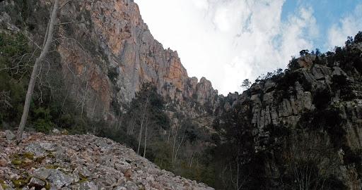 La large vallée de droite avec l'approche de la voie d'escalade de la Signore Occidentale