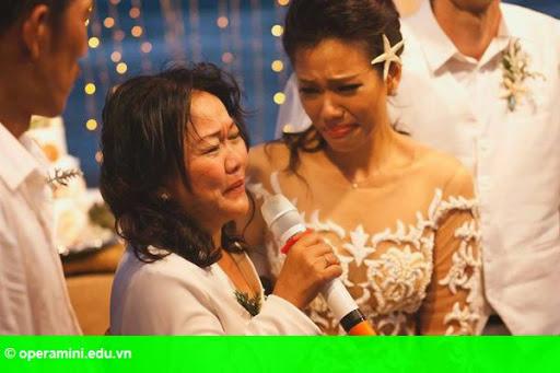 Hình 2:                         Phương Vy buồn khi bị chê váy cưới