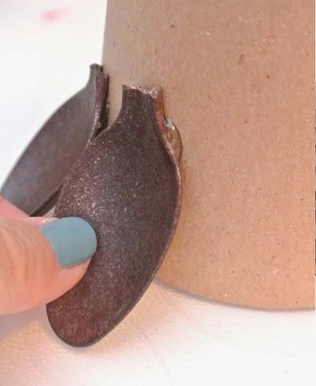 Colar colher de plástico na base