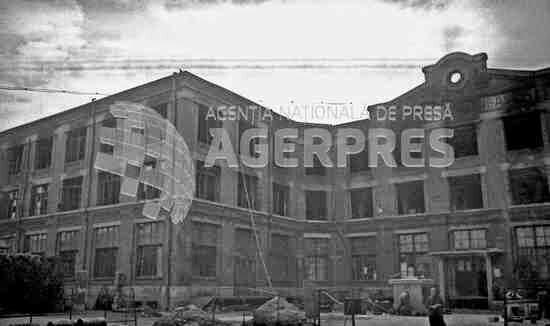 Clădirea tipografiei Cartea Românească avariată după bombardamentul german din 24 august 1944; în prezent o parte a clădirii se află pe bulevardul Iancu de Hunedoara