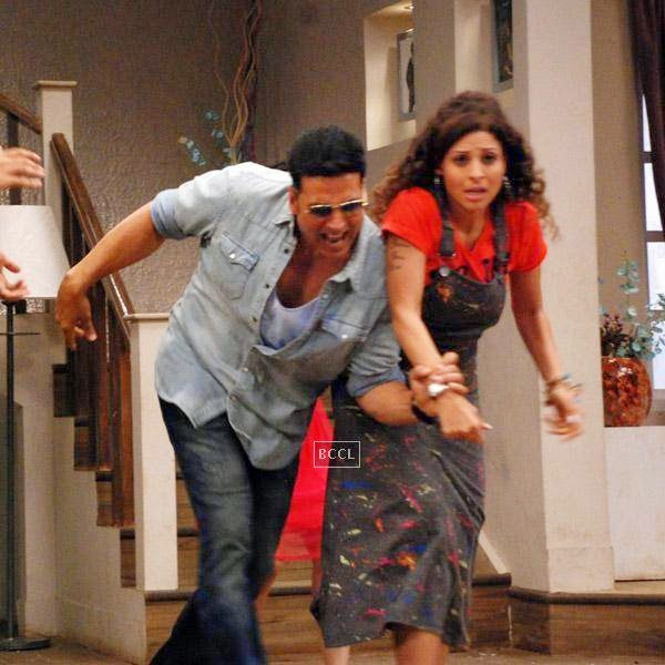 Akshay Kumar promotes his film It's Entertainment on the sets of Badi Door Se Aaye Hai. (Pic: Viral Bhayani)