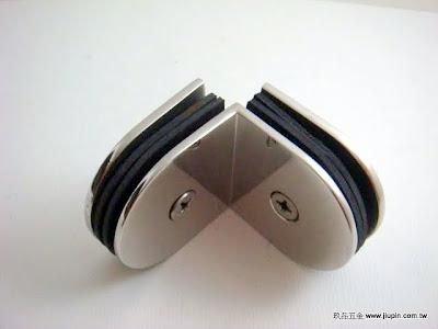 裝潢五金品名:CH705-玻璃夾(雙邊) 規格:10MM 型式:玻對玻顏色:PC 功能:固定雙邊玻璃層板用玖品五金