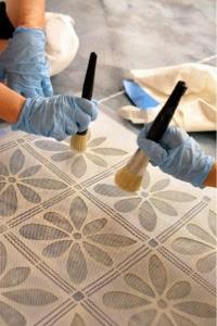 elige el motivo decorativo que deseas con un molde o estencil debers calcular donde quieres colocar el dibujo o si lo vas a poner en toda la habitacin