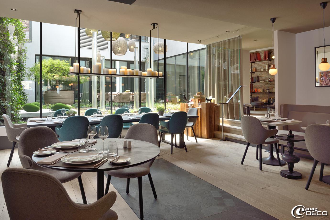 Tables composées de plateaux en Corian réalisés par la société 'LCCA' à Saint-Quentin-Fallavier et de pied 'Pedrali' distribués par 'Siltec', sièges 'Catch chair' de la marque danoise '&Tradition'