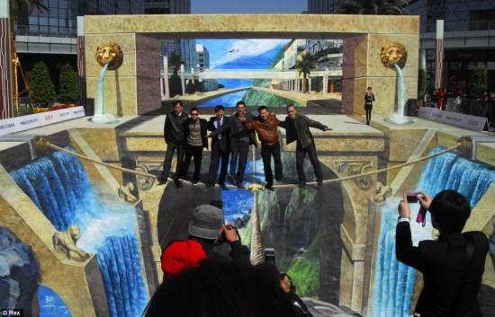 [Image: largest-3D-painting.jpg]