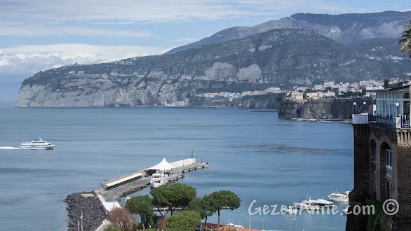 Sorrento'ya ilerleyen deniz otobüsü - hydrofoil