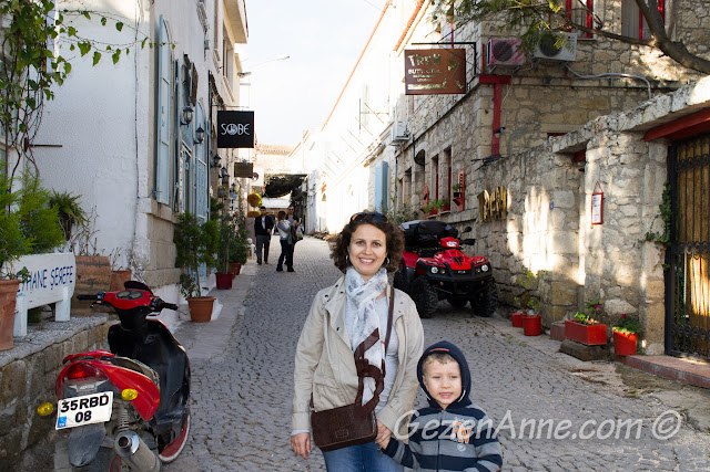 Alaçatı'nın taş sokaklarında dolaşırken