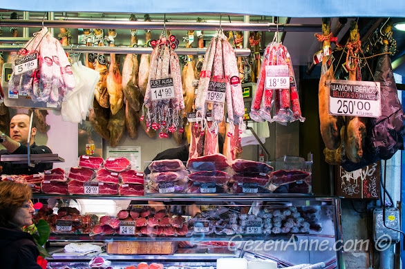 Iberico kkuru et ve slamların satıldığı şarküteriler, La Boqueria Barselona