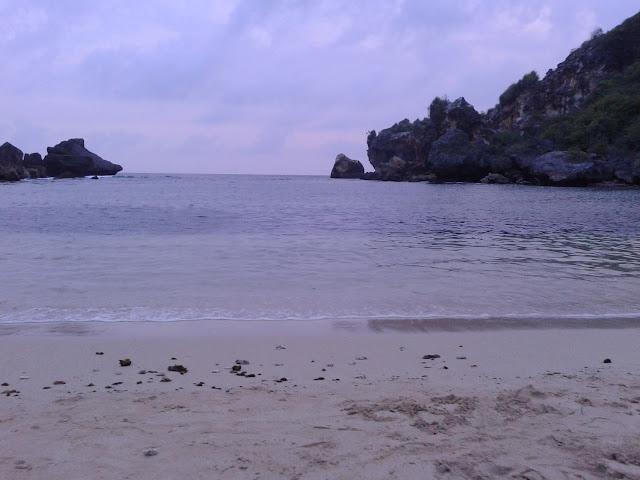 Pantai Ngrenehan dan Hamparan Pasir Putih