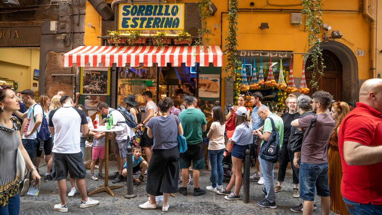 Sorbillo Esterina pizzería para llevar famosa por pizzas fritas en Via dei Tribunali, Nápoles, Campania, Italia, Europa