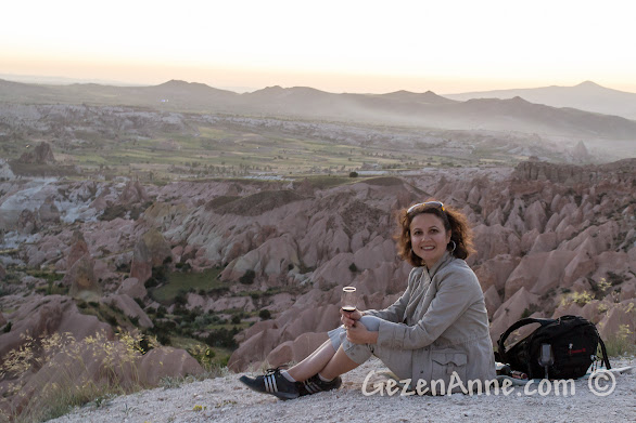 Kapadokya'da şarap eşliğinde güneşi batırırken