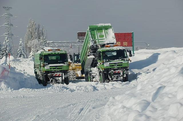 排雪トラックが行き来します