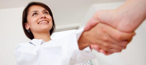 Apretón de manos con la doctora