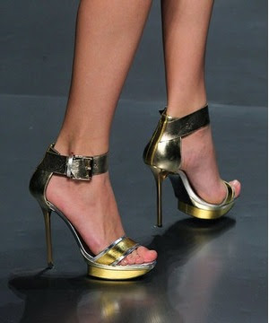 Çivi topuk, gold renk ayakkabı modeli