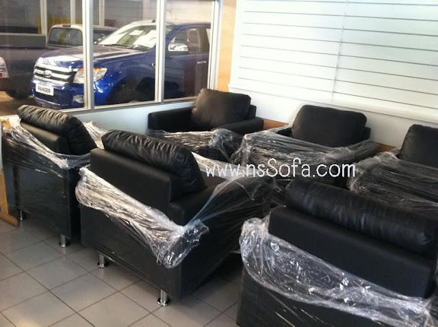 โซฟาสั่งทำ ที่ โชว์รูม ฟอร์ด (Showroom Ford) นครนายก เป็น โซฟาหนังเทียม (PVC) สีดำทั้งตัว เป็นโซฟา 1 ที่นั่ง 6 ชุด
