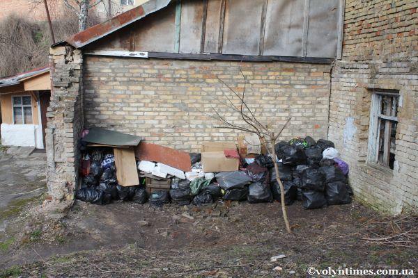 Склад сміття на вул. Плитниця в кількох метрах від Луцького замку