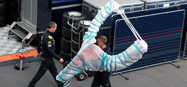 Un mecánico de Red Bull recoge un paquete con forma de tirachinas