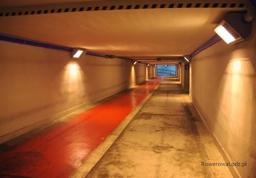Tunel pod dworcem PKP Kraków Główny - udostępniony dla rowerzystów. Można się do niego dostać w każdego peronu.