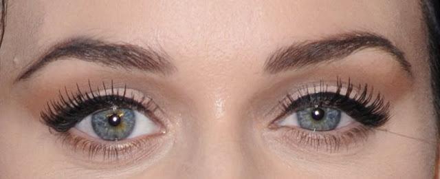 sadece eyeliner sürülen göz resmi