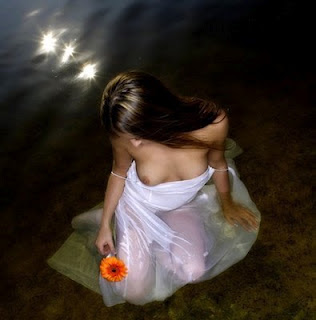 Mujer con flor y vestido blanco