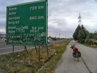 Fahrradweg an der Autobahn in Skopje, Mazedonien