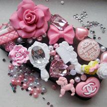 Celular decorado com brinquedos de plástico
