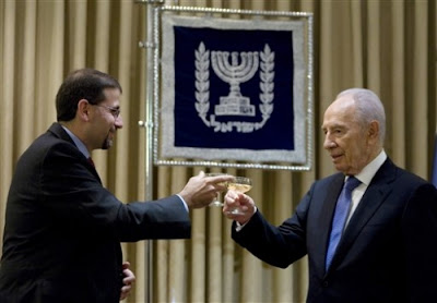 Ambassador Daniel Shapiro with Israeli President Shimon Peres, August 3, 2001.