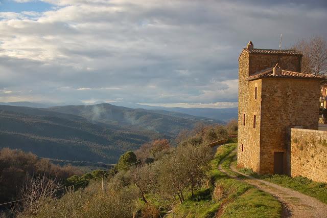 A winter walk along Montalcino's town walls