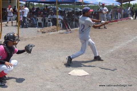 Abelino Flores bateando por Albures A en el softbol del Club Sertoma