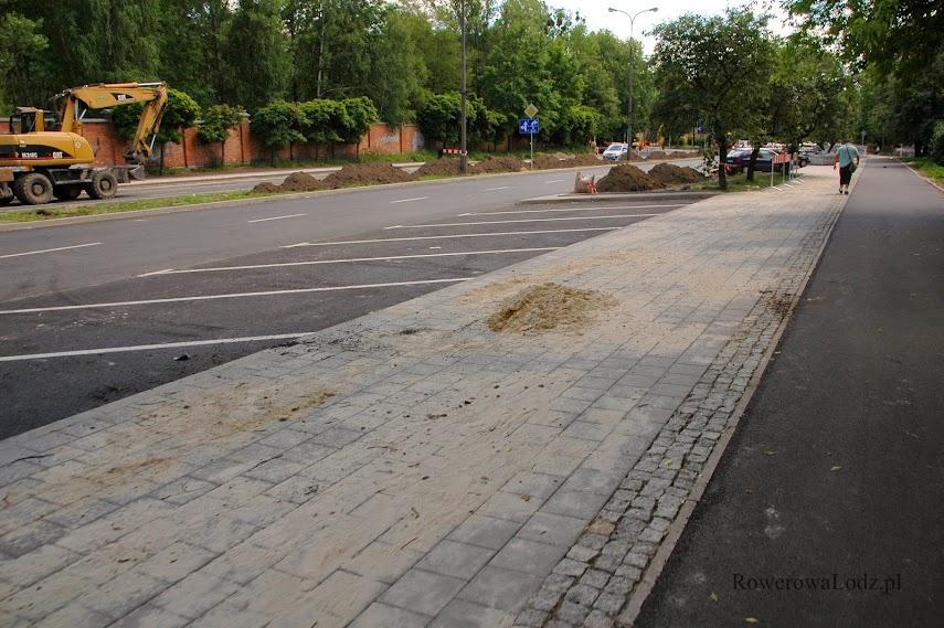 Dzięki odzyskaniu jednego pasa ruchu znalazło się miejsce na parking dla samochodów.