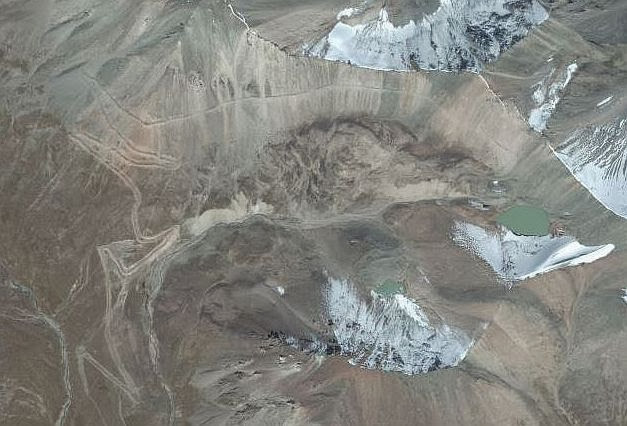 Satellitenbild vom Kongurlen-Pass (3864 m, Kongurlenk, Конгурленг, Конур-Улен, Конурулен, Хонгор-Олон, Конгур-Олен, Конгур Оленг), Koordinaten: N 41,974670 E 76,508105; Kirgistan
