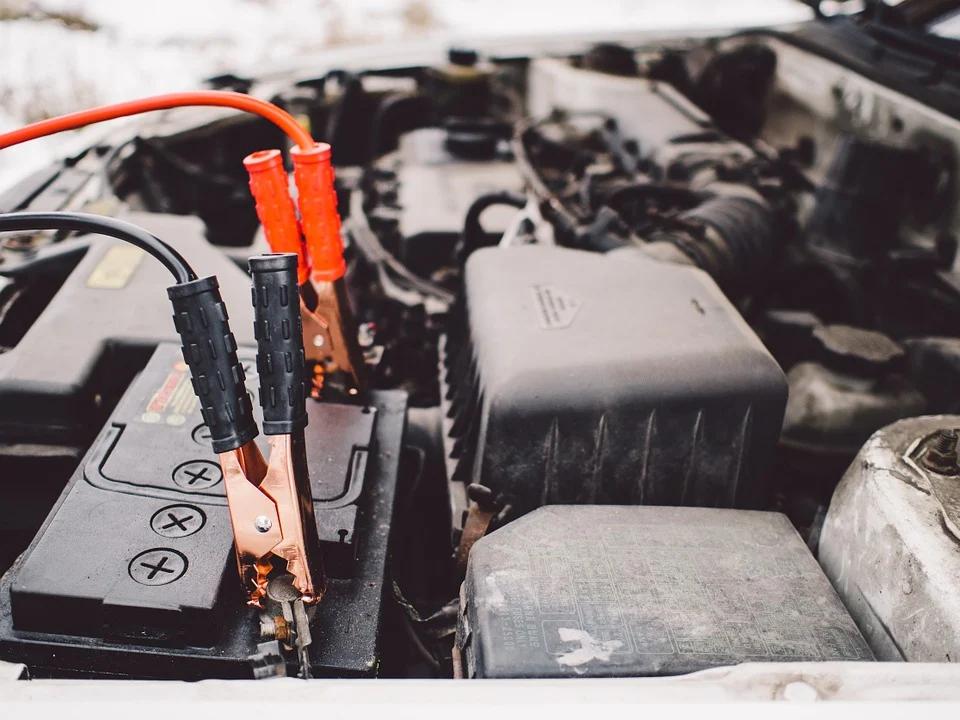 Descubre cómo arrancar un coche sin batería y sin empujar