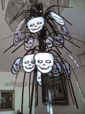 Halloween. Decoración de la casa con desechos