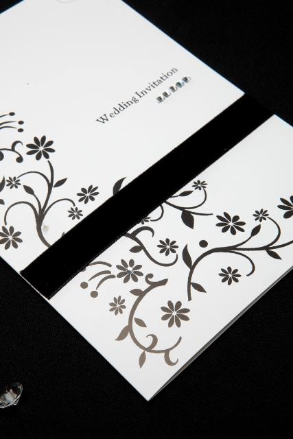Invitación florar con listón negro para boda