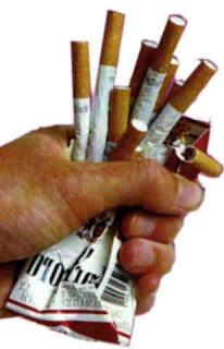 membuang cerutu, bungkus dan semua hal berbau rokok