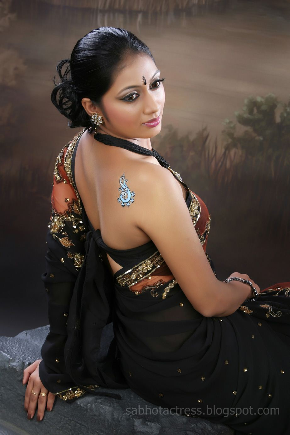 how to look hot in a saree
