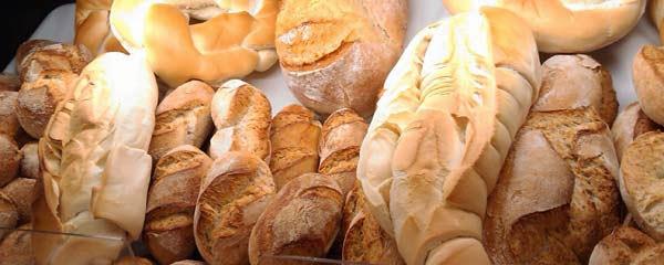 Pão quente a todo momento, diversos tipos de pães de diferentes misturas de farinha.