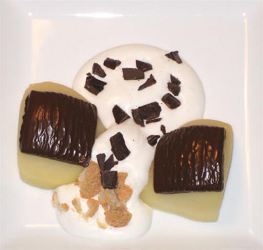 varm pære med after eight vanilje creme knust makron og drys af appelsin chokolade