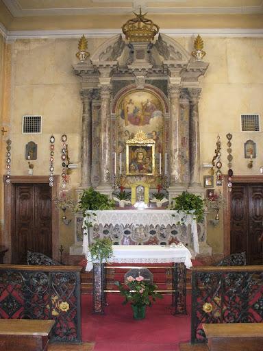 L'altare maggiore del Santuario con l'affresco della Vergine con Bambino